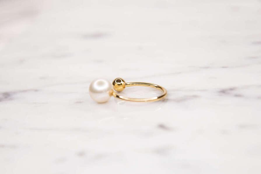 anillo perla oro lado