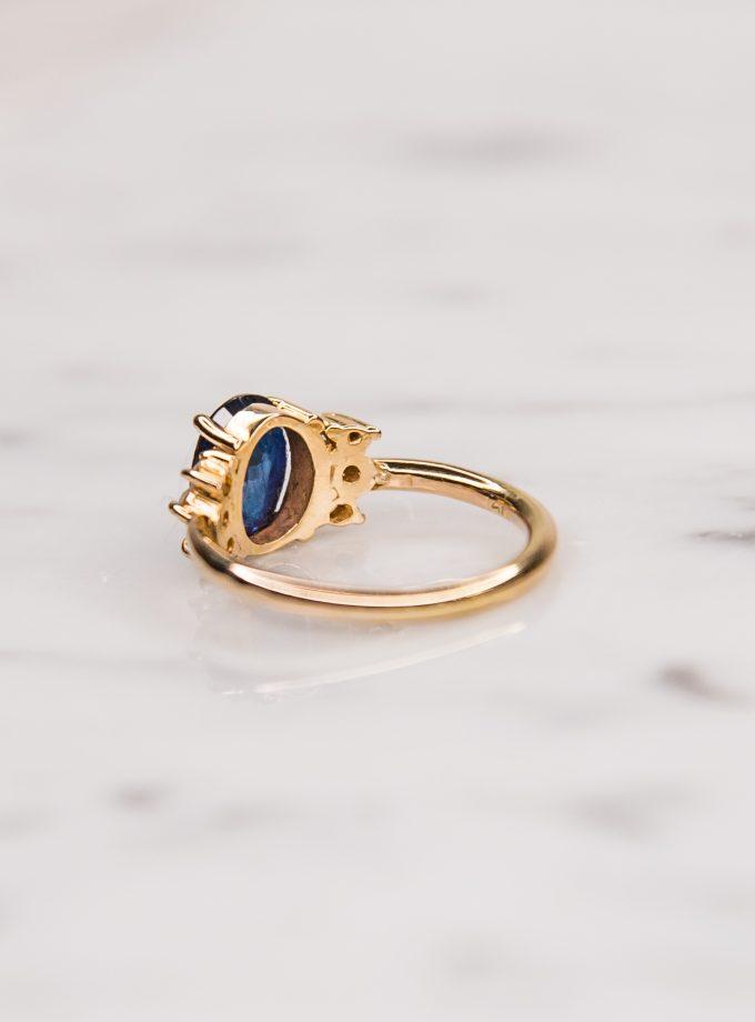 anillo zafiro azul atras