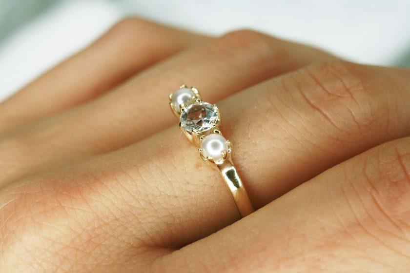 anillo dos perlas mano