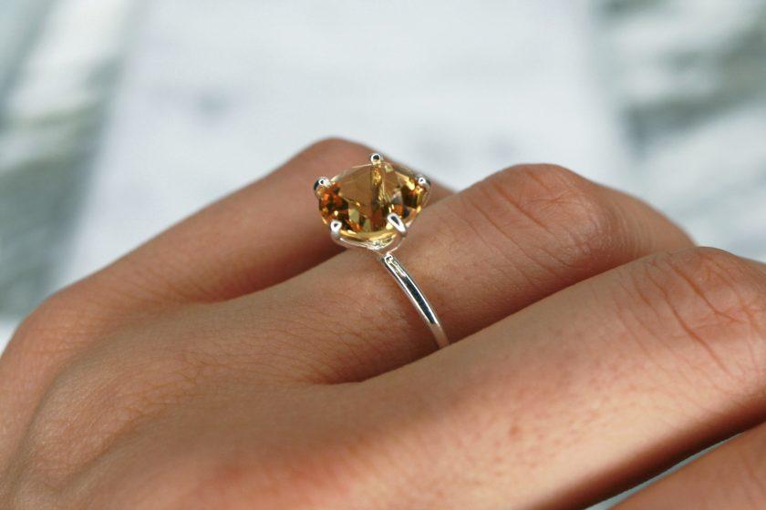 anillo solitario citrino plata mano