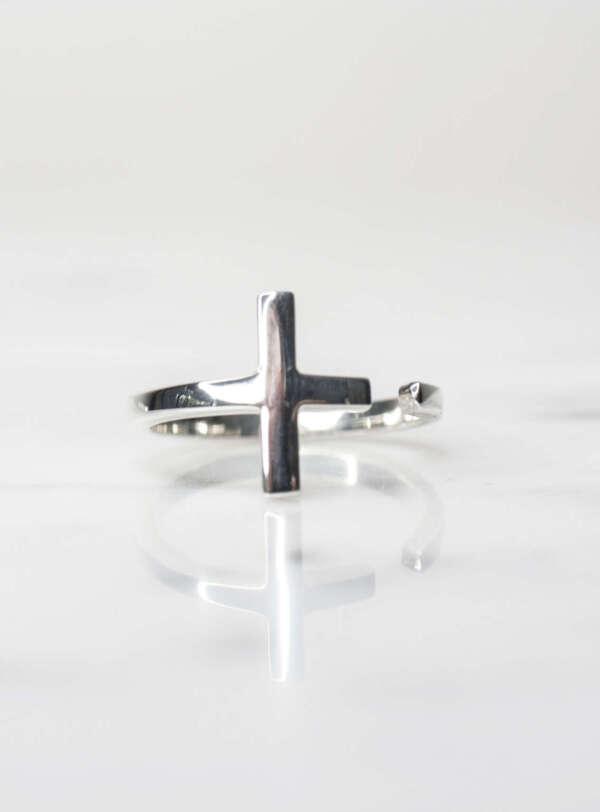 anillo de plata en forma de cruz