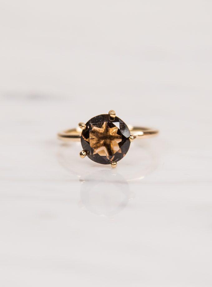 anillo con piedra redonda frente