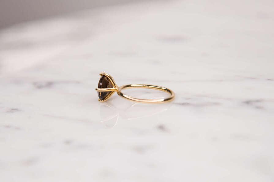anillo con piedra redonda lateral