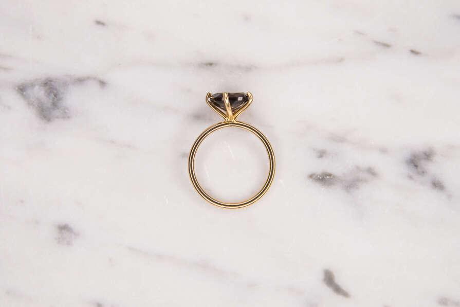 anillo con piedra redonda zenital