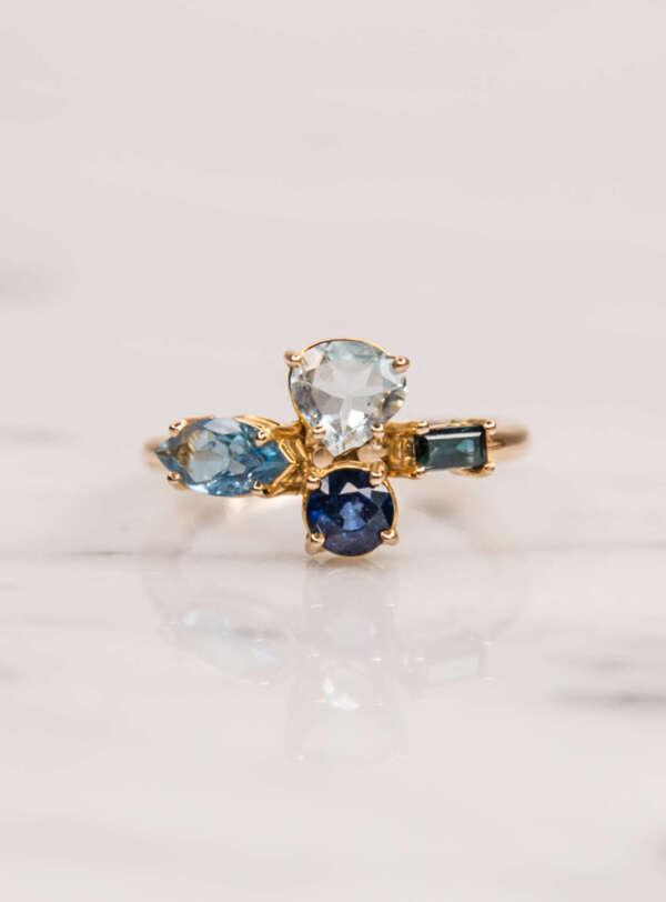 anillo de cuatro piedras frente