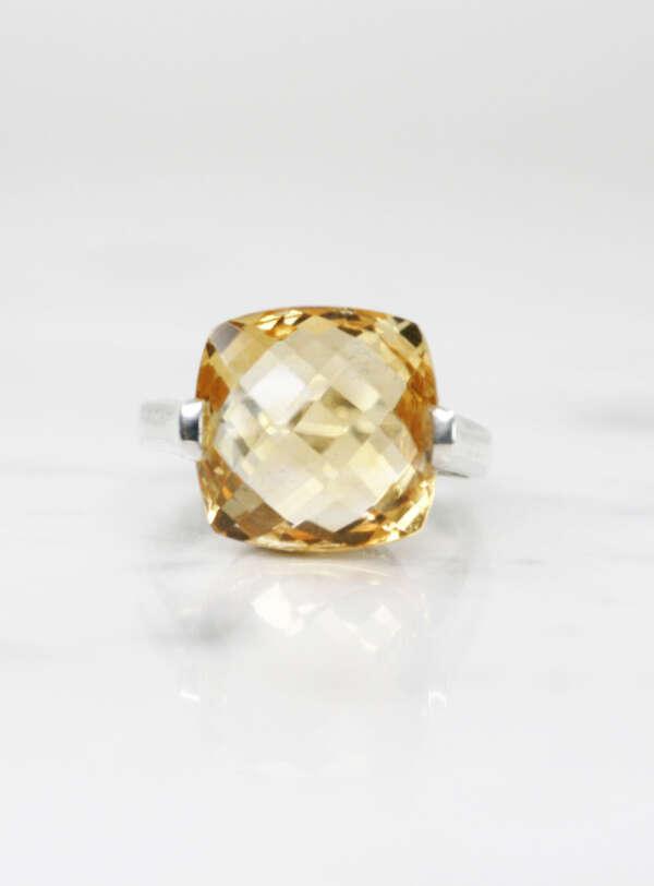 anillo de plata citrino briolet