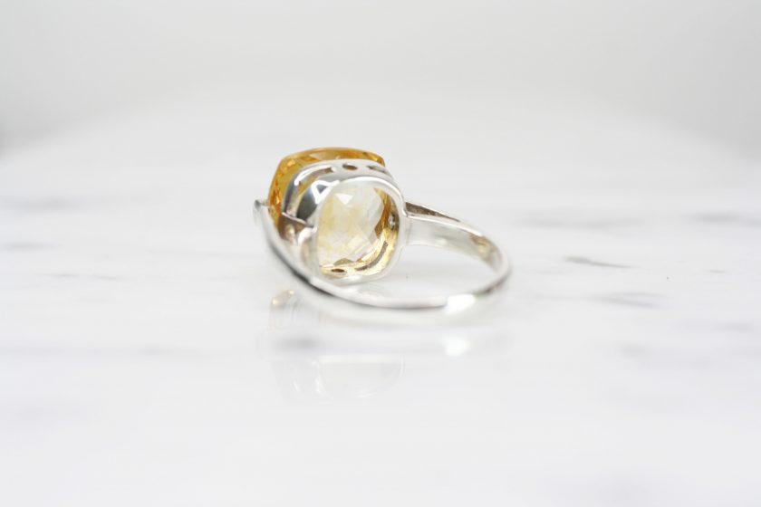 anillo de plata con citrino briolet lado