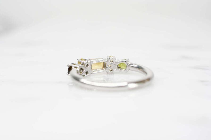 anillo de plata citrino y turmalinas lado