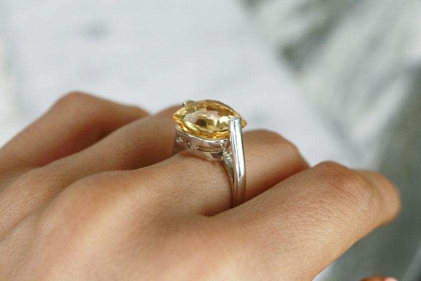 anillo de plata con briolet citrino mano
