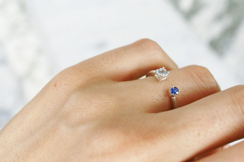 anillo de plata con zafiro y aguamarina mano
