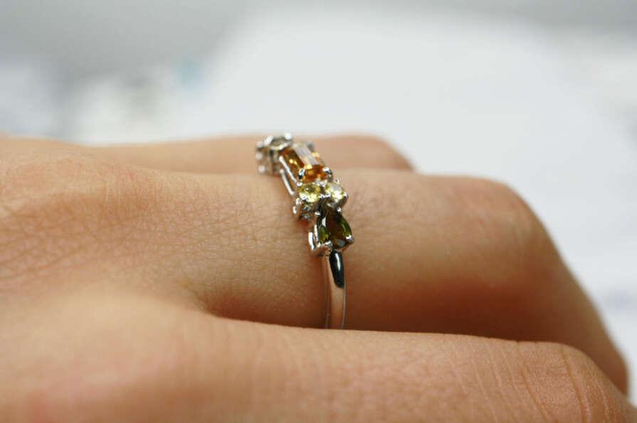 anillo citrino y turmalinas mano