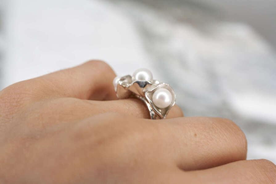 anillo de plata con tres perlas plata