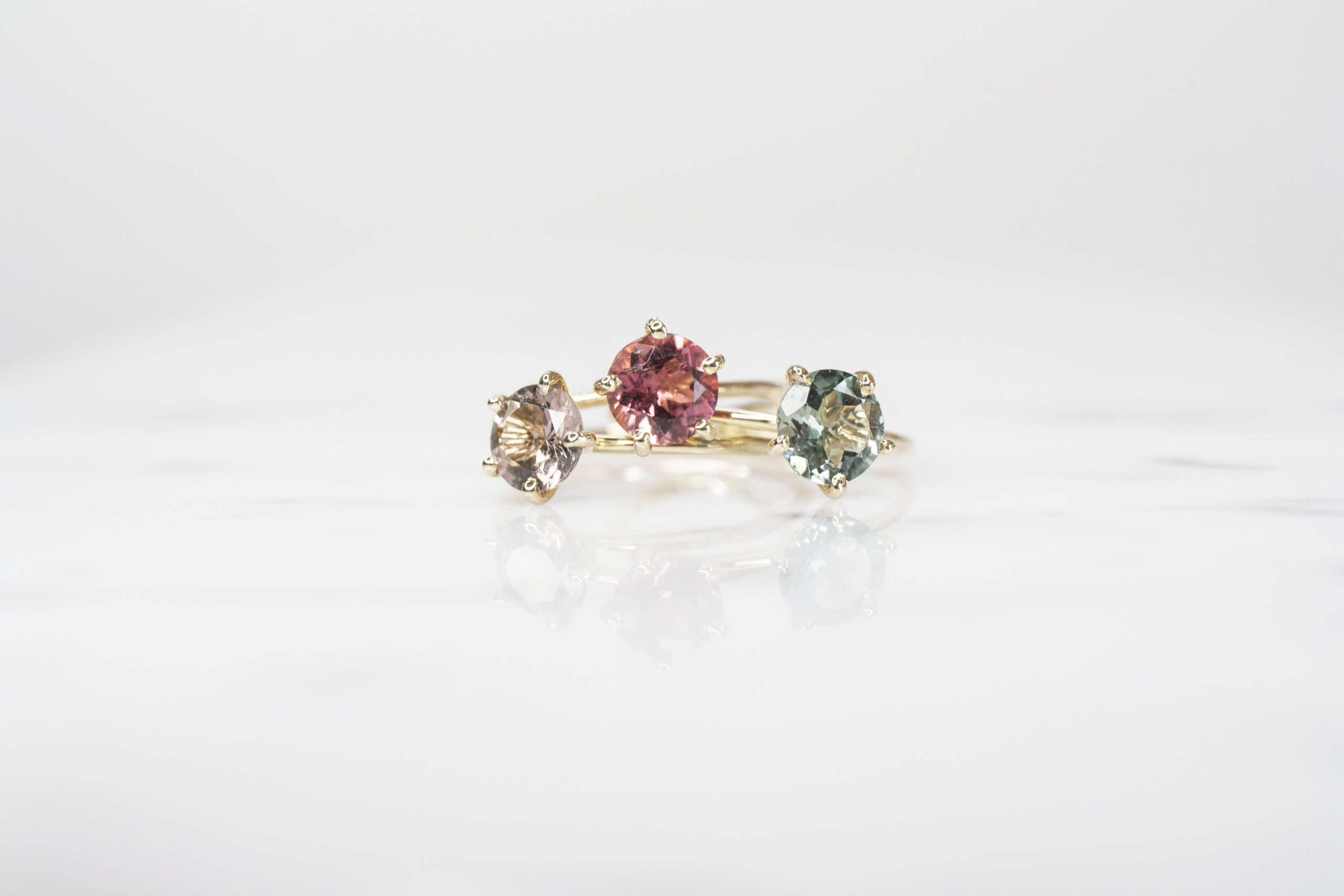 tres anillos solitarios de turmalina