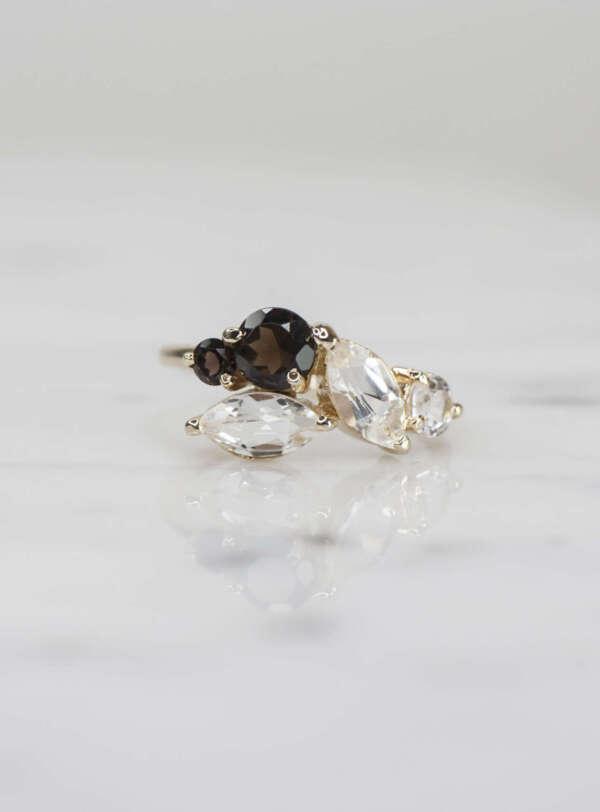 anillo multiformas de oro con topacio y cuarzo ahumado