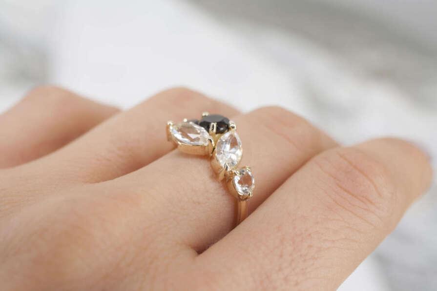 anillo de oro con topacio y cuarzo ahumado