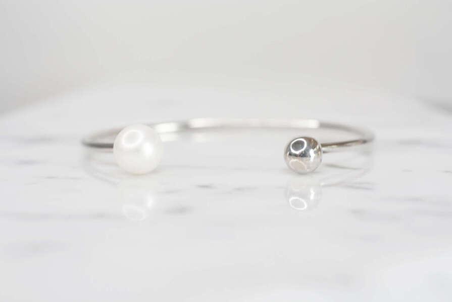 Pulsera de plata pura con una perla y una bola de plata