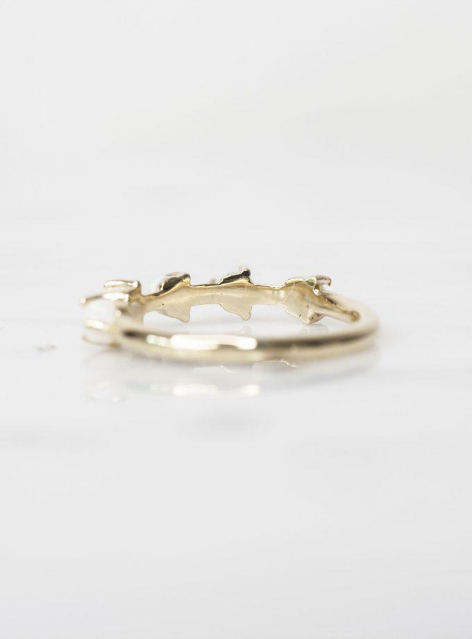 anillo de oro con opalo blanco