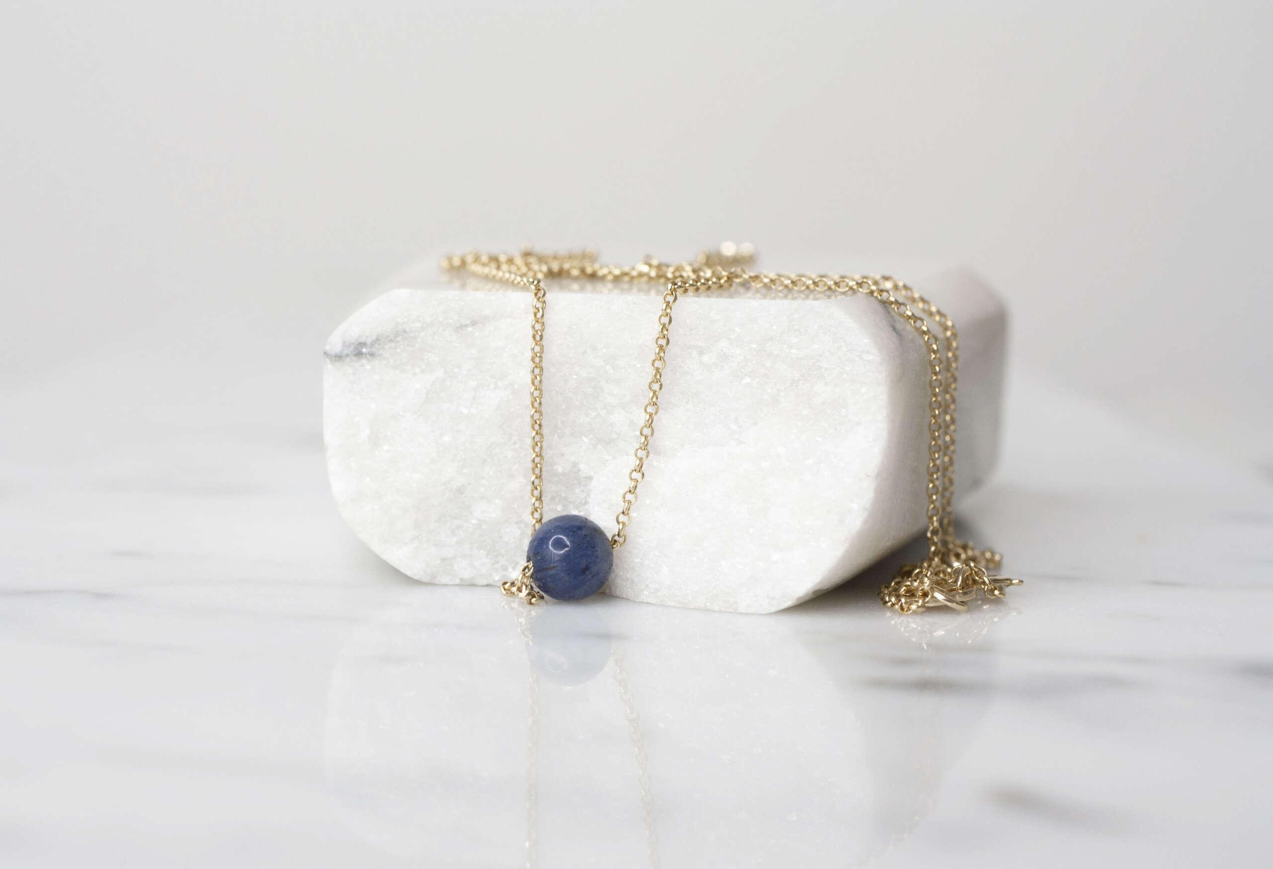 collar solitario azul de oro