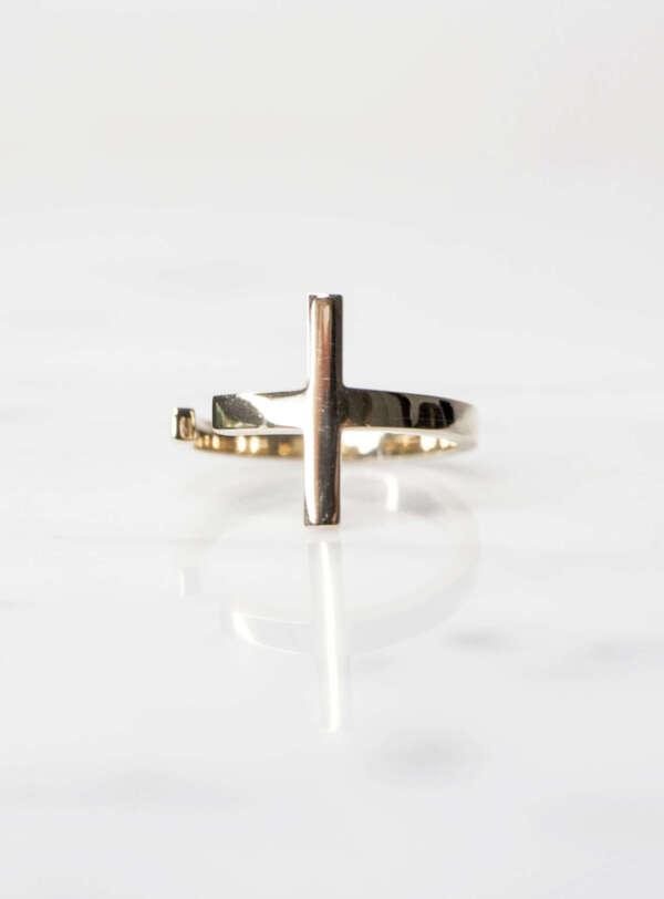 anillo de oro en forma de cruz