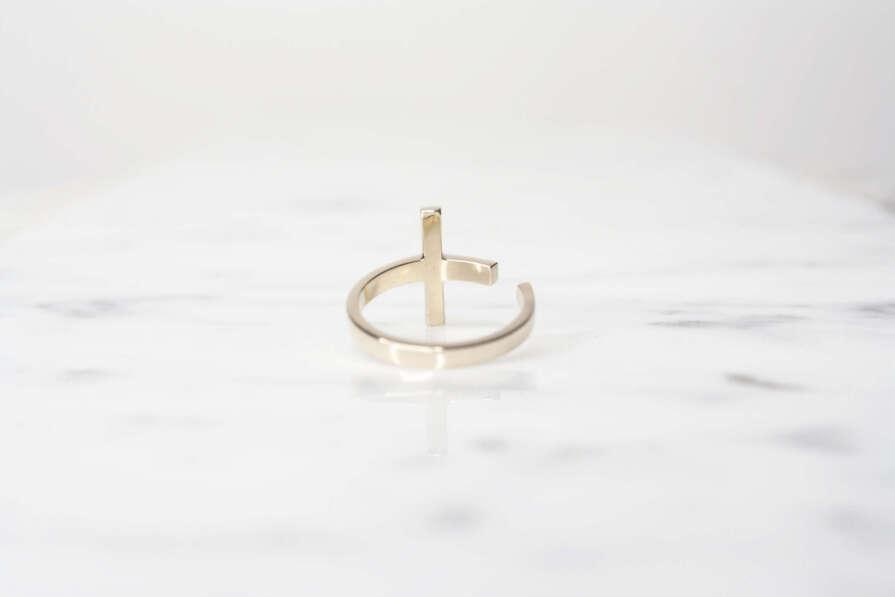 anillo de oro cruz