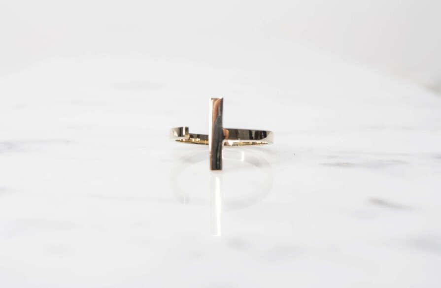 anillo de oro en forma de t