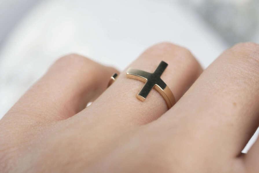 anillo de oro en cruz