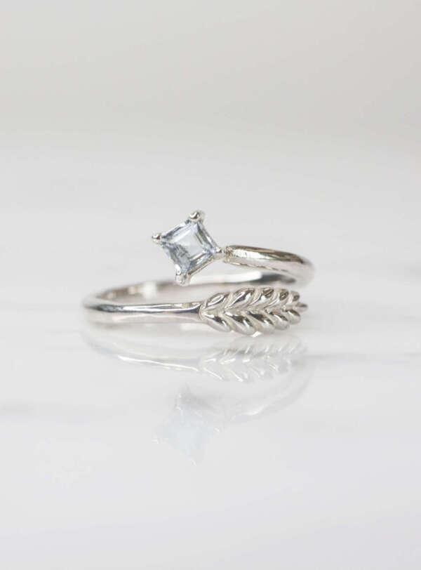 anillo hoja y aguamarina